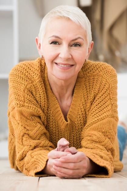 Vooraanzicht van en bejaarde die prachtig stellen glimlachen Gratis Foto