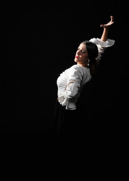 Vooraanzicht van flamenca dansen op een zwarte achtergrond Gratis Foto