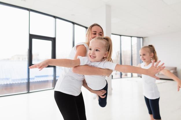 Vooraanzicht van gelukkig meisje met moeder en zus Gratis Foto