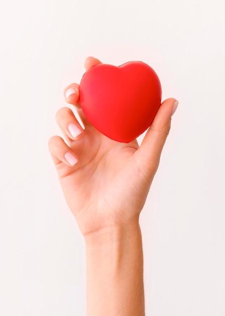 Vooraanzicht van hand met hartvorm Gratis Foto