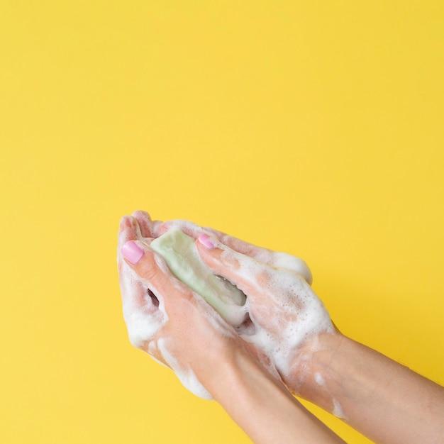 Vooraanzicht van handen wassen met zeep en kopie ruimte Premium Foto