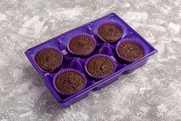 Vooraanzicht van heerlijke chocolade brownies in paarse verpakking Gratis Foto