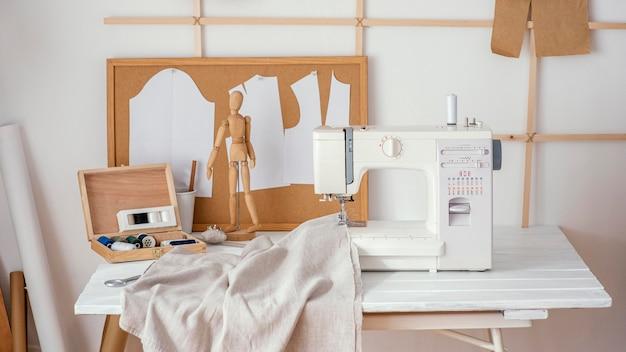 Vooraanzicht van het afstemmen van studio met naaimachine Gratis Foto