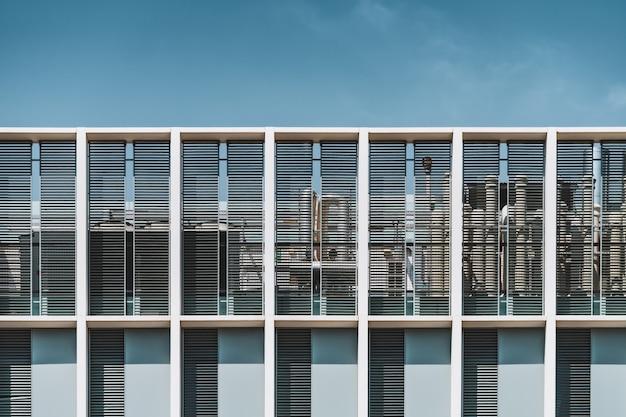 Vooraanzicht van het dak van een stedelijk gebouw Premium Foto