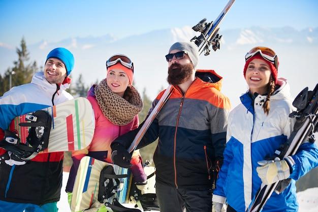 Vooraanzicht van het jonge snowboardersteam Gratis Foto