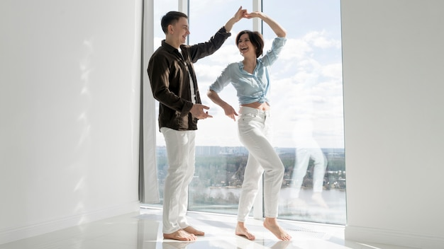 Vooraanzicht van het mooie paar dansen Gratis Foto