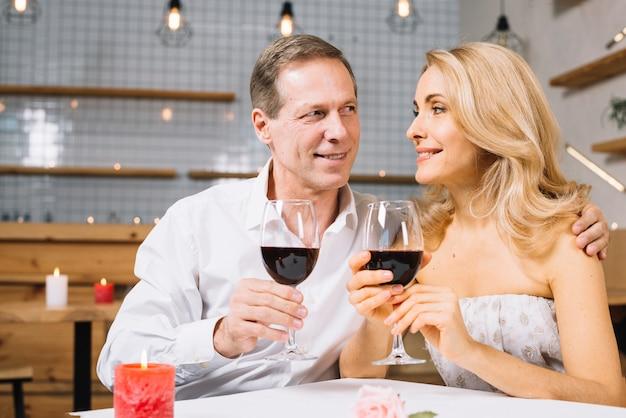 Vooraanzicht van het paar tijdens het diner Gratis Foto