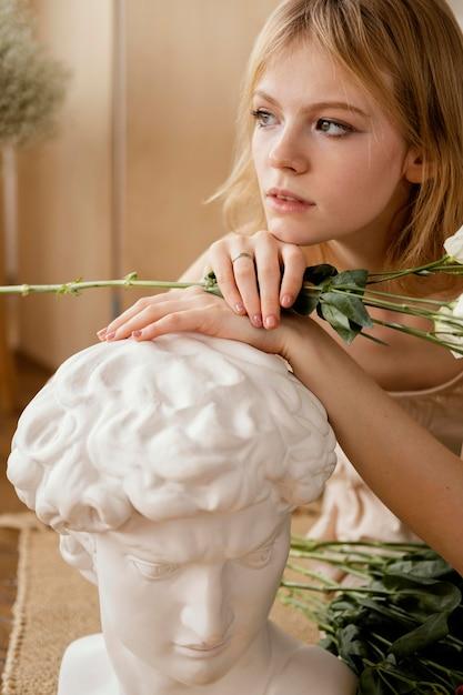 Vooraanzicht van het prachtige vrouw poseren met lentebloemen Premium Foto