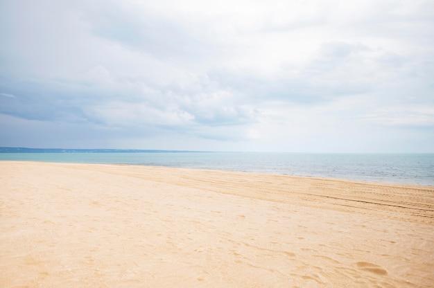 Vooraanzicht van het strand met zand en wolken Premium Foto