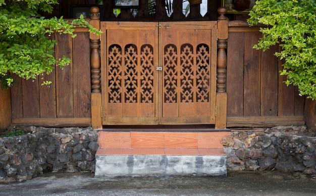 Vooraanzicht van ingangs hout gesneden deur, thaise stijl Premium Foto