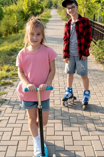 Vooraanzicht van jongen en meisje in park Gratis Foto