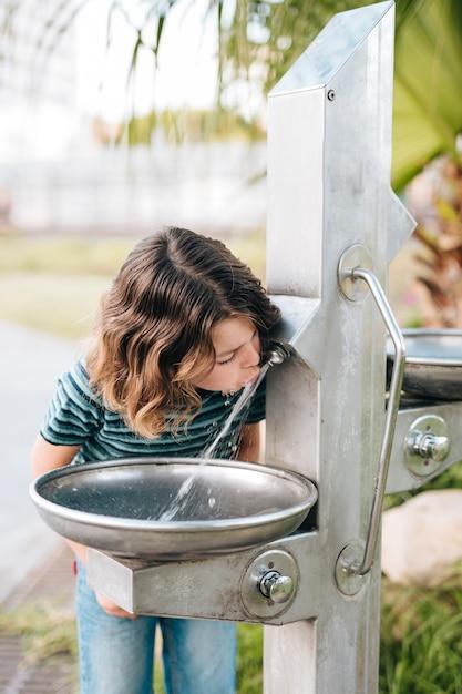 Vooraanzicht van kind drinkwater Gratis Foto