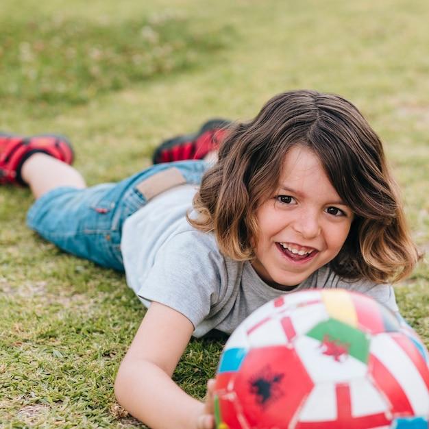 Vooraanzicht van kind spelen in gras Gratis Foto