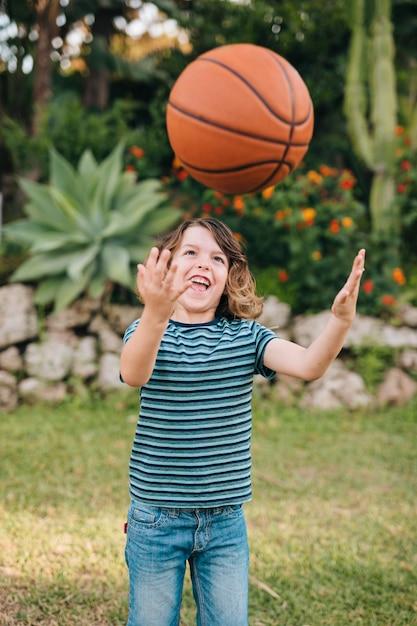 Vooraanzicht van kind spelen Gratis Foto