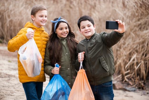 Vooraanzicht van kinderen die een selfie nemen Gratis Foto
