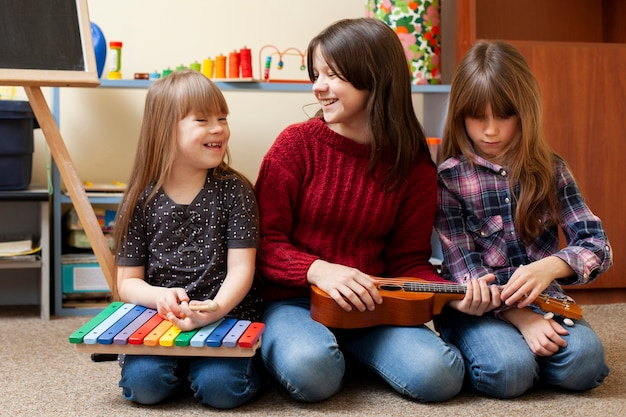 Vooraanzicht van kinderen samen spelen Premium Foto