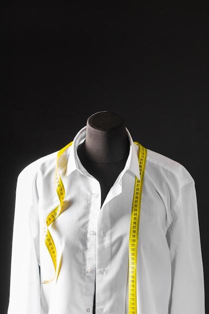 Vooraanzicht van kledingvorm met overhemd en meetlint Gratis Foto