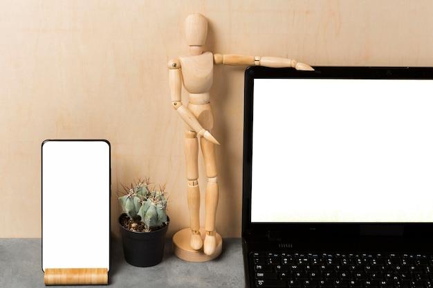 Vooraanzicht van laptop en marionet met exemplaarruimte Gratis Foto