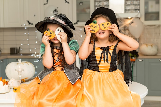 Vooraanzicht van leuke meisjes met heksenkostuum Gratis Foto