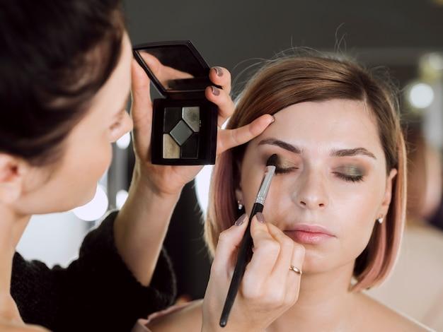 Vooraanzicht van make-up model Gratis Foto