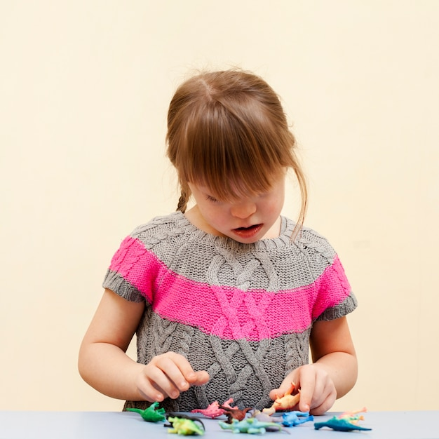 Vooraanzicht van meisje met het syndroom van down en speelgoed Gratis Foto