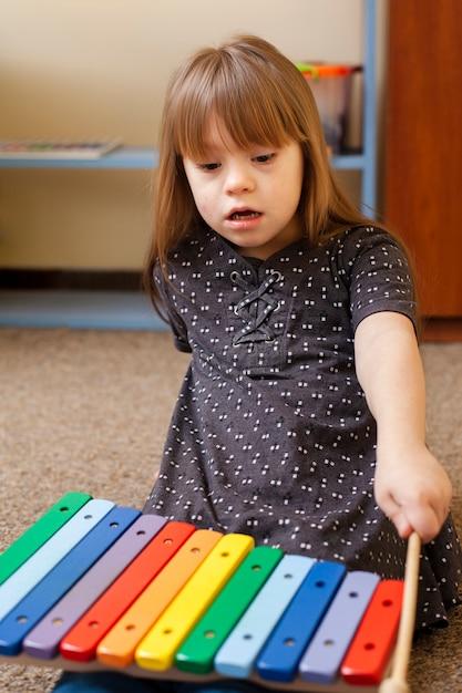 Vooraanzicht van meisje met het syndroom van down spelen met xylofoon Gratis Foto