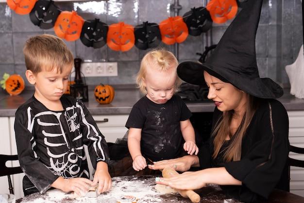 Vooraanzicht van moeder en kinderen maken van cookies Gratis Foto