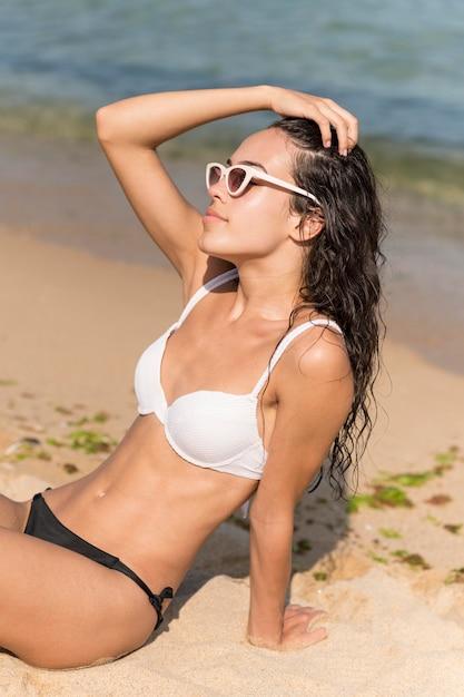 Vooraanzicht van mooi meisje op strand Gratis Foto