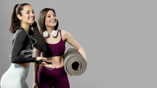 Vooraanzicht van mooie sportieve vrouwen met een kopie ruimte Premium Foto