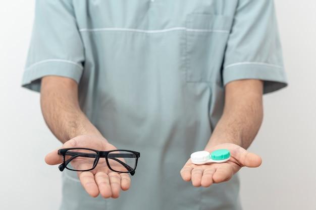 Vooraanzicht van oogspecialist die glazen en contactlenzen houdt Gratis Foto