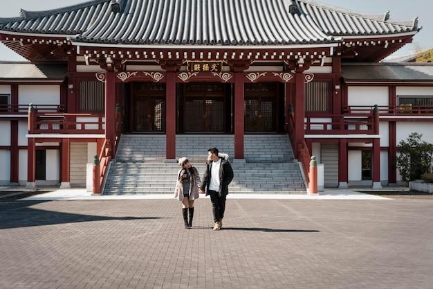 Vooraanzicht van paar voor japans gebouw Gratis Foto
