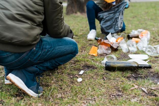 Vooraanzicht van plastic bekers en flessen Gratis Foto