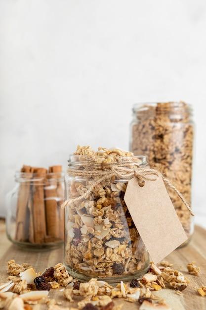 Vooraanzicht van potten met ontbijtgranen en exemplaarruimte Gratis Foto