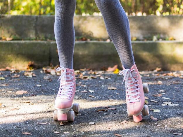 Vooraanzicht van rolschaatsen met benen in sokken Gratis Foto