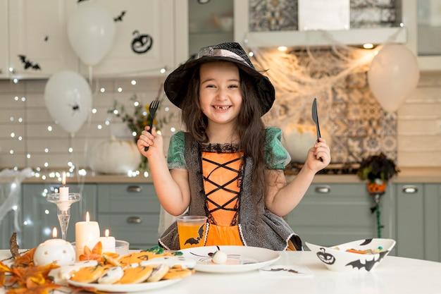 Vooraanzicht van schattig klein meisje met heksenkostuum Gratis Foto