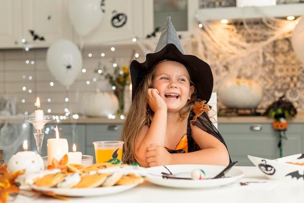 Vooraanzicht van schattig meisje met heksenkostuum Gratis Foto