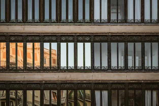 Vooraanzicht van sierramen van een woongebouw Premium Foto