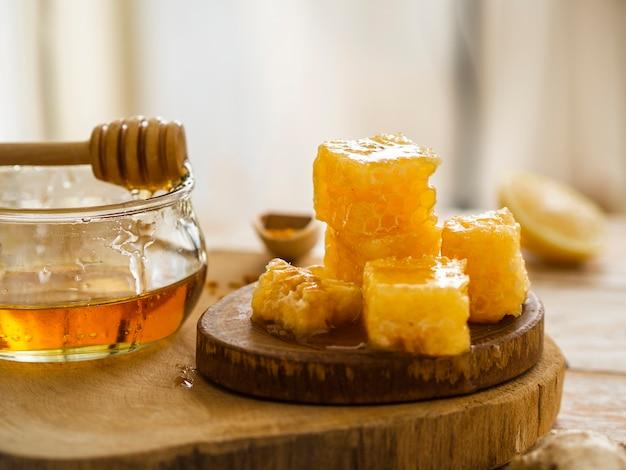 Vooraanzicht van smakelijke honingraten Gratis Foto