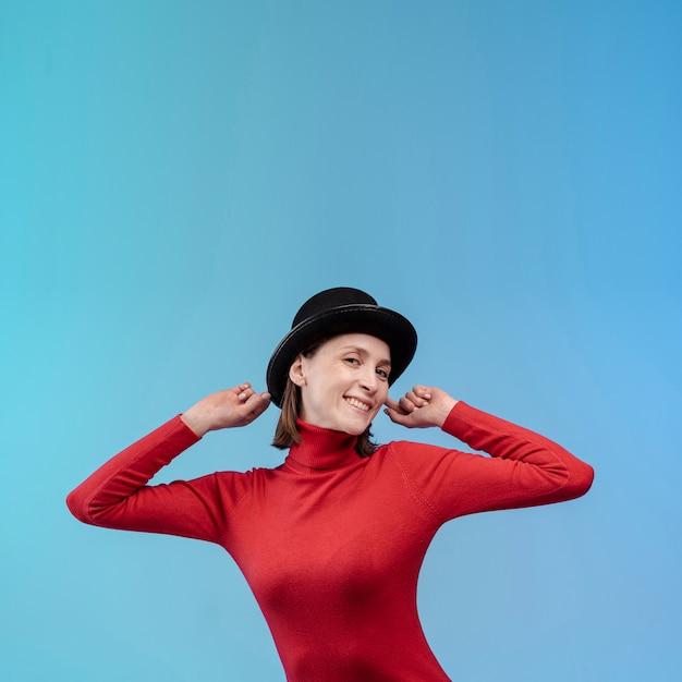 Vooraanzicht van smileyvrouw die een hoed draagt Gratis Foto