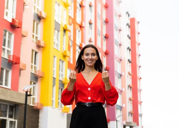Vooraanzicht van smileyvrouw die gebarentaal gebruikt Gratis Foto