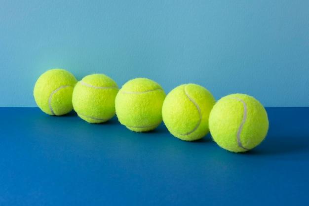 Vooraanzicht van tennisballen in lijn Gratis Foto