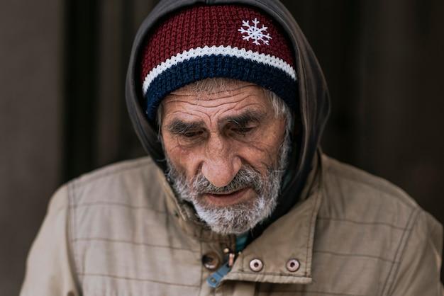 Vooraanzicht van trieste dakloze man Gratis Foto
