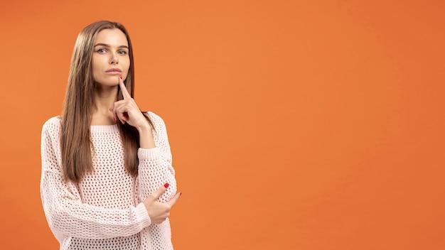 Vooraanzicht van verleidelijke en vrouw die stellen denken Gratis Foto