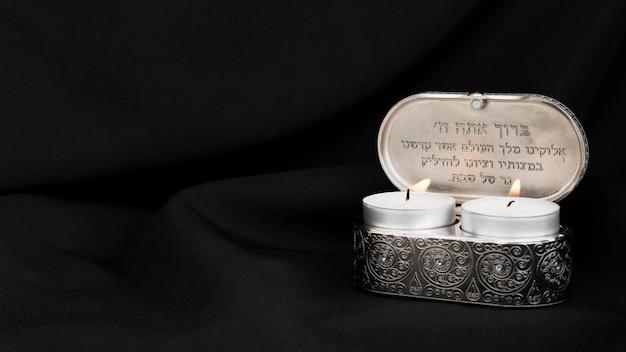 Vooraanzicht van verlichte theelichtkaarsen voor gebed Gratis Foto