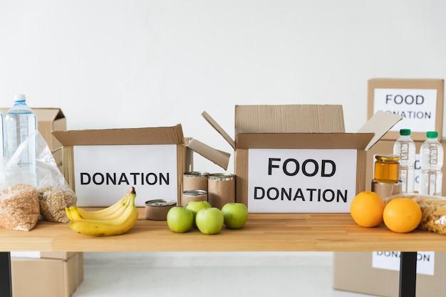 Vooraanzicht van voedsel en voorziening voor donatie met dozen Gratis Foto