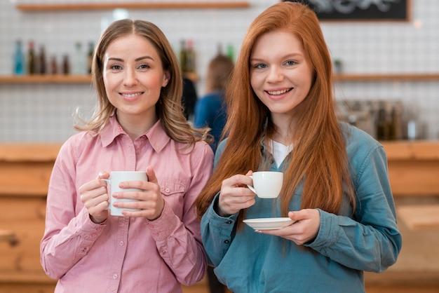 Vooraanzicht van vrienden die koffie drinken Gratis Foto