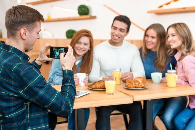 Vooraanzicht van vrienden tijd samen doorbrengen Gratis Foto