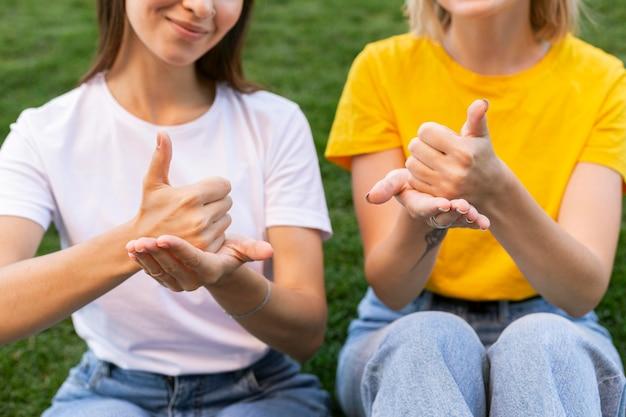 Vooraanzicht van vriendinnen die gebarentaal gebruiken Premium Foto