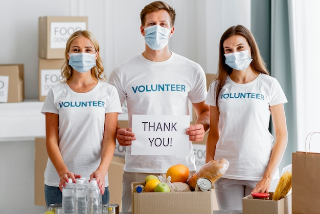 Vooraanzicht van vrijwilligers die u bedanken voor uw donatie voor voedseldag Gratis Foto