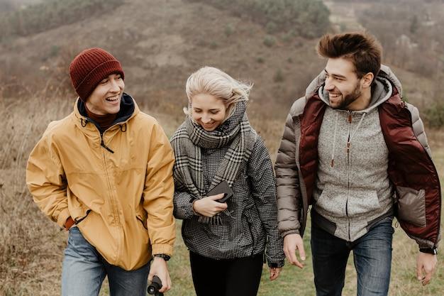 Vooraanzicht van vrolijke vrienden wandelen Gratis Foto